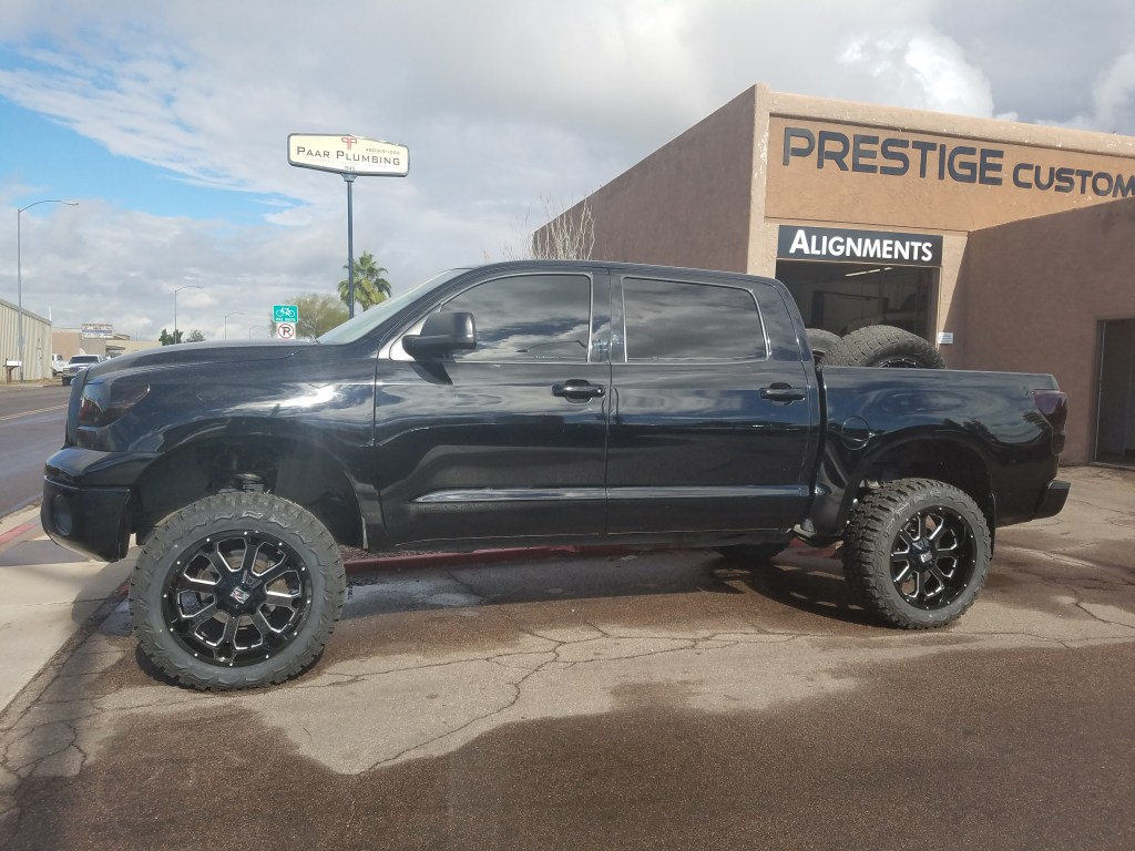 2014 TOYOTA TUNDRA 4X4 WITH A 6 ROUGH COUNTRY SUSPENSION LIFT KIT AND A SET OF XD WHEELS AND THUNDER MTS 22