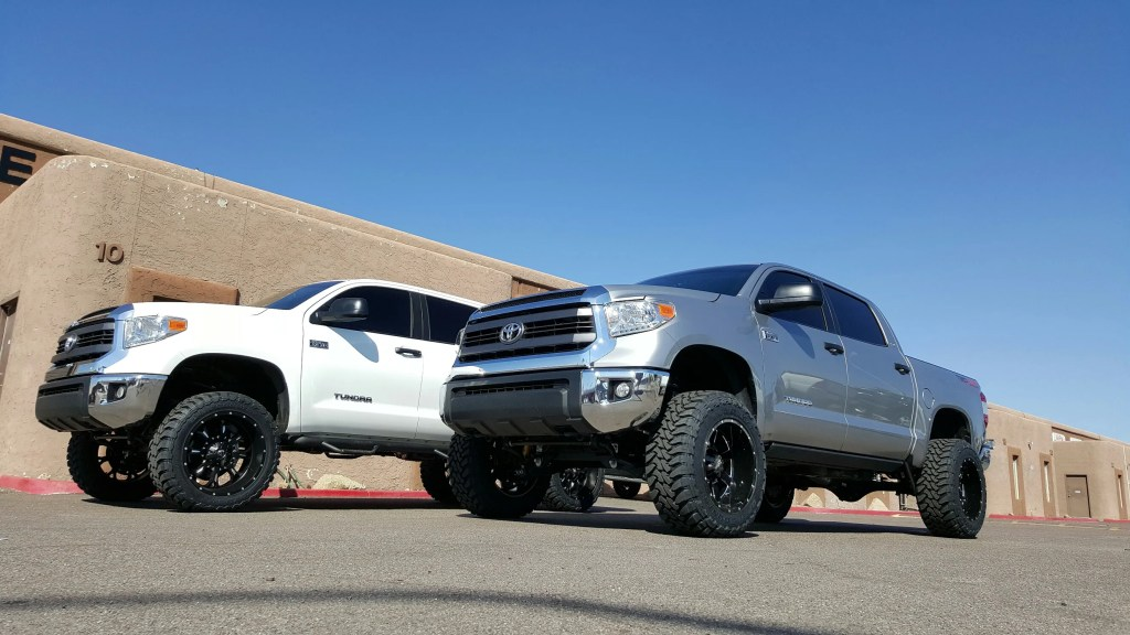 2015 TOYOTA TUNDRA 4X4 WITH 6 ROUGH COUNTRY LIFT KIT AND A SET OF FUEL KRANKS 22X11 BLK-MILL TOYO 3512.5022 MTS AND A SET OF MOTO METAL 962 BLK -MILL WITH 35X12.50R20 MTS (4)