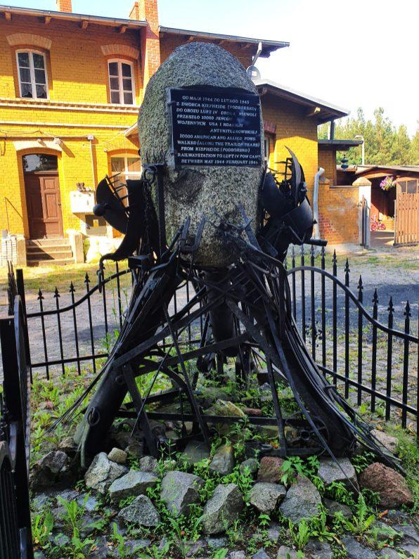 Pomnik ku pamięci alianckich lotników więzionych w Modrolesie, zainstalowany na stacji kolejowej w Podborsku. To właśnie tutaj przyjeżdżały transporty z jeńcami (Fot. Ł. Gładysiak).