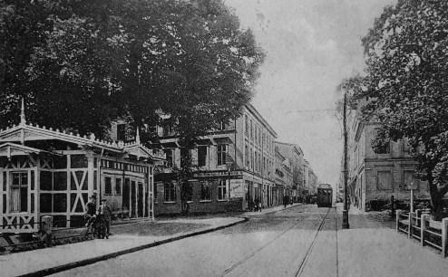 Bergstrasse, czyli środkowy odcinek współczesnej ul. Zwycięstwa – głównej arterii komunikacyjnej nie tylko przedwojennego Koszalina. By dotrzeć do niej z fabryki Carla Waldemanna wystarczyło pokonać zaledwie kilkadziesiąt metrów (archiwum prywatne).