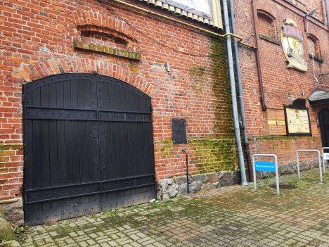 Spacerując dziś ul. Grunwaldzką dosłownie dotykamy wielkiej historii koszalińskiego browarnictwa (Fot. Łukasz Gładysiak).