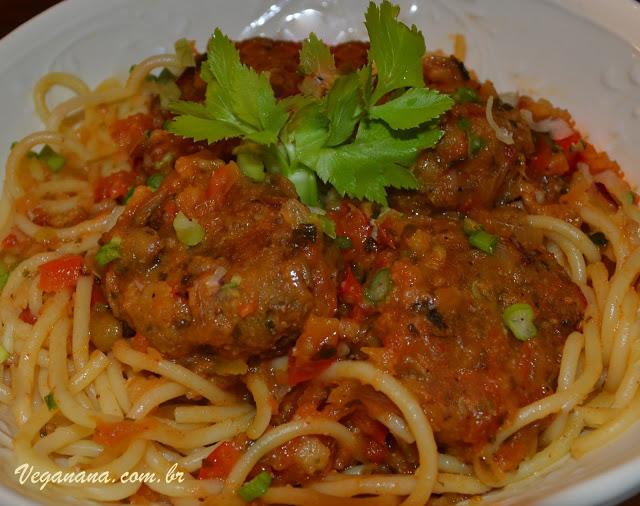 Espaguete com almôndegas de lentilha