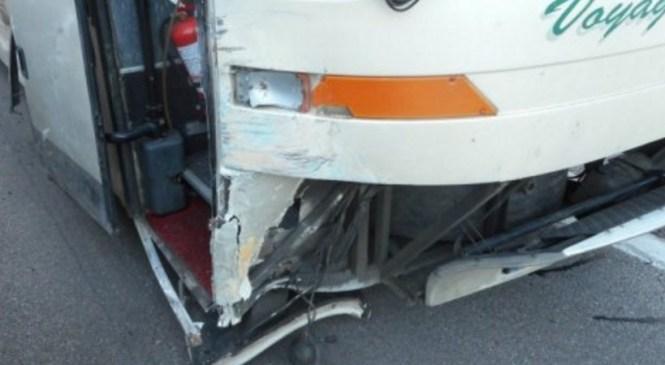 47-letni voznik avtobusa trčil v osebno vozilo