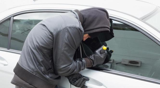 Iz avtomobila odtujili torbico, v kateri je bilo 3.000 evrov gotovine