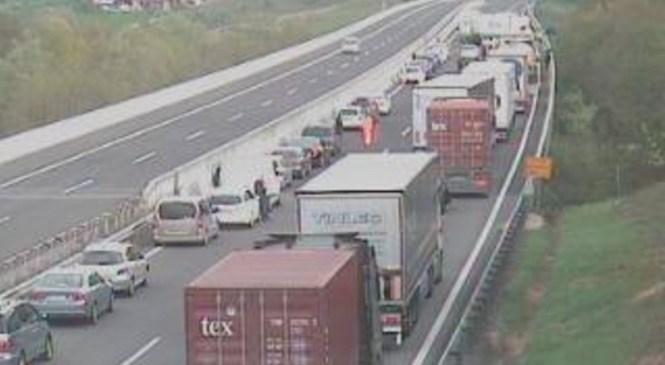 Prometna nesreča na gorenjski avtocesti med Kranj zahodom in Kranj vzhodom proti Ljubljani