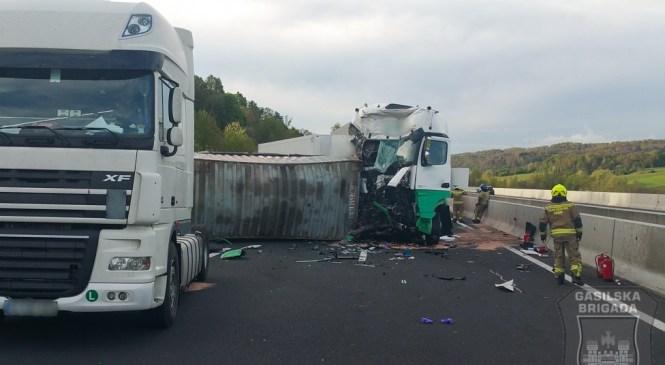 V prometni nesreči dveh tovornih vozil, ena oseba umrla