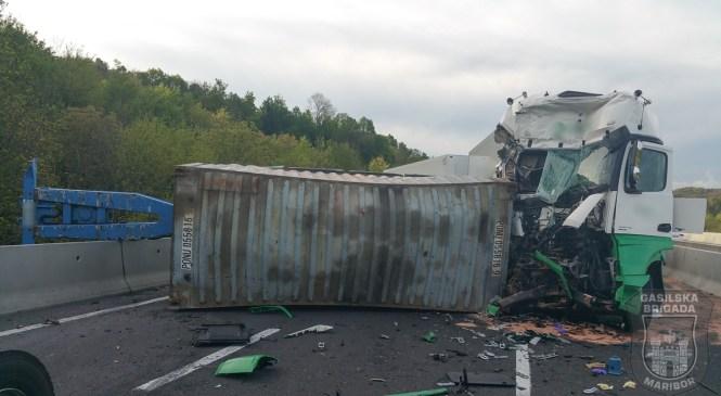 Prevrnjeno tovorno vozilo bo še nekaj časa oviralo promet na cesti Šentjur-Celje