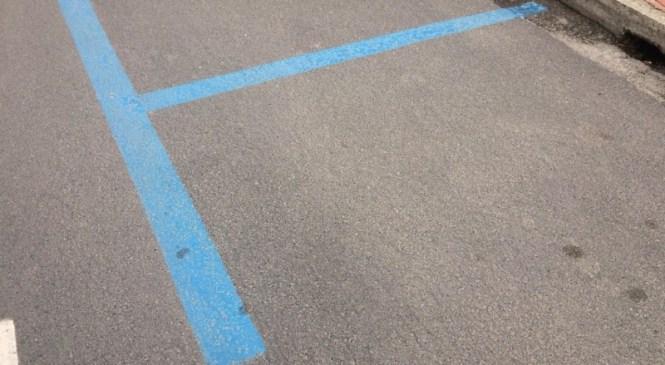 Pušča: Voznik lahkega štirikolesnika trčil v parkiran osebni avtomobil