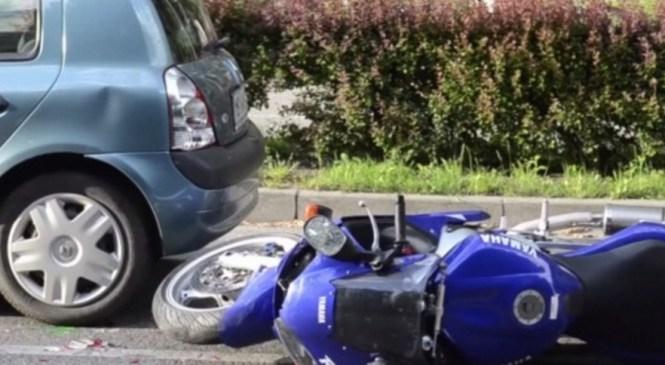 Mladoletni voznik kolesa z motorjem in njegova mladoletna sopotnica huje poškodovana v prometni nesreči