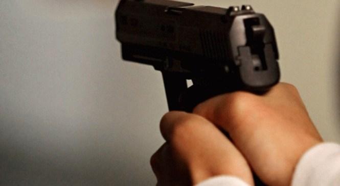 V gostinskem lokalu ljudi vznemirjal z razkazovanjem orožja