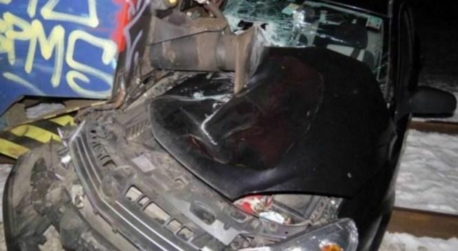 V trčenju vlaka in osebnega vozila v Dobriši vasi umrla 16-letna sopotnica