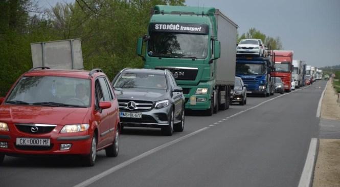 Promet se proti mejnemu prehodu Obrežje že od ranega jutra oziroma noči povečuje
