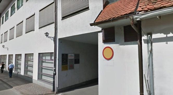 Stari znanec policije želel nasilno vstopiti v uradne prostore Okrožnega državnega tožilstva na Ptuju