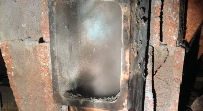 Zaradi dimniškega požara se je vnelo in zagorelo ostrešje