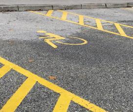 Ne parkiraj na mesto namenjeno invalidom!
