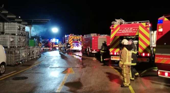 Požar v industrijski coni Laze pogašen; na delu 100 gasilcev