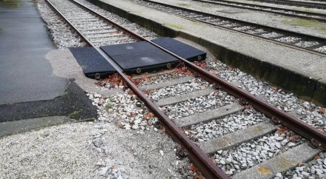Nevarna igra mladostnikov na železniških tirih