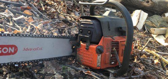 V delu pri gozdu hudo poškodovan delavec