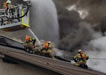 Požar na stanovanjski hiši popolnoma uničil mansardo