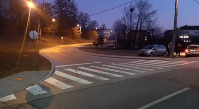Nepazljiv voznik na prehodu za pešce trčil v pešca