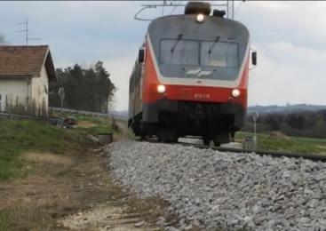Tovorni vlak povozil 51-letnega moškega