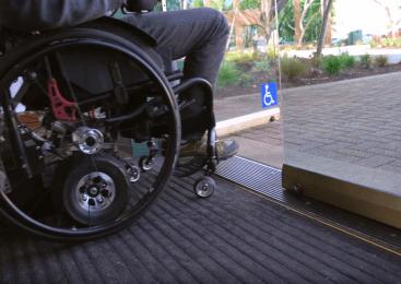Z invalidskim vozičkom oviral promet