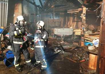 Ogenj z osebnega avtomobila se je razširil na nadstrešek in ostrešje stanovanjske hiše, zgoreli sta še dve vozili