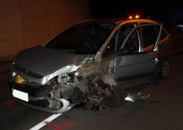 V trčenju osebnega vozila in mopeda, dva udeleženca poškodovana