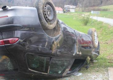 Zaradi okvare na vozilu izgubil nadzor nad vozilom, trčil v ograjo in se prevrnil na streho