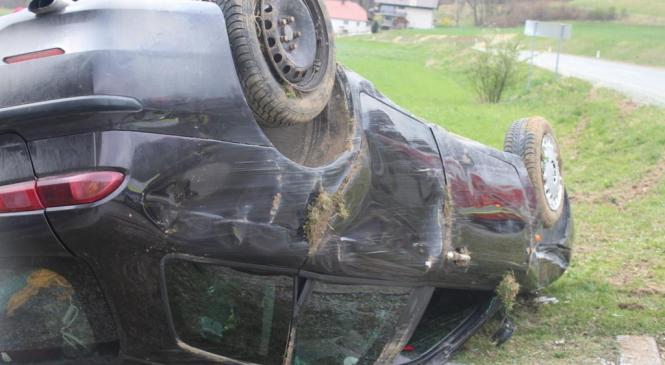 V prometni nesreči huje poškodovana 48-letna voznica osebnega vozila, sopotnica žal podlegla poškodbam