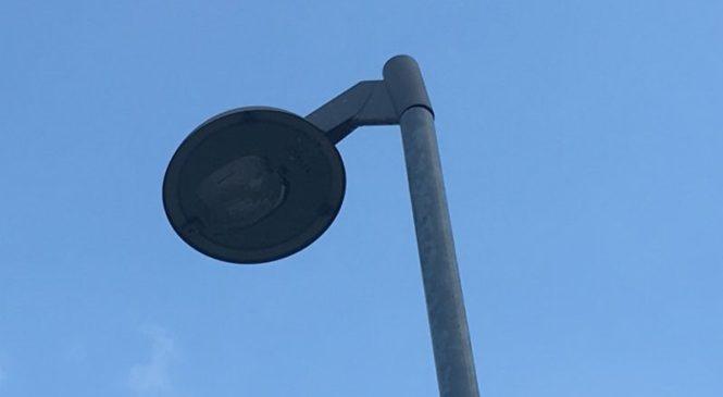 Zaradi neprilagojene hitrosti trčil v drog javne razsvetljave