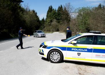 Voznica v osebnem vozilu prevažala osem oseb, med katerimi so bili štirje otroci