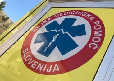 10-letni otrok pritekel iz hiše na cesto pred vozilo 21-letnega voznika, otrok utrpel hude poškodbe hrbtenice