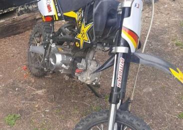Med vožnjo z motornim kolesom po gozdni poti padel in se poškodoval 49-letnik