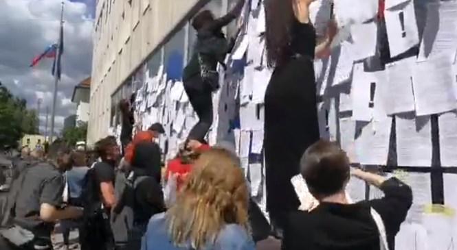 VIDEO: Poglejte, kako so protestniki danes polepili Ministrstvo za kulturo …