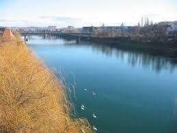 Neznani moški s starega mostu v Mariboru skočil v reko Dravo