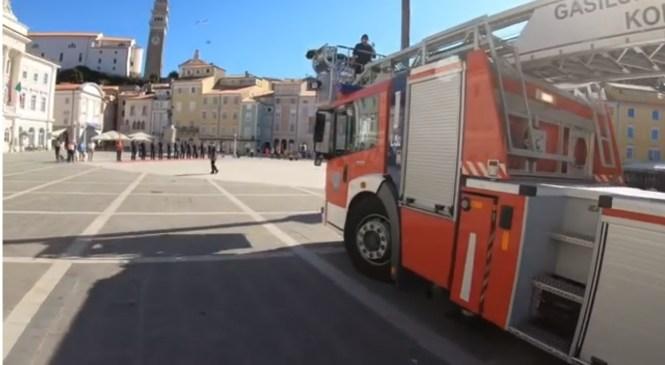 Ganljivo: Poglejte, kako so koprski gasilci svojega sodelavca po 33 letih pospremili v pokoj! Kapo dol!