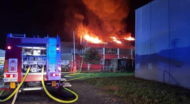 VIDEO, FOTO: V Gornji Radgoni zagorela hala podjetja, dim se je valil še zgodaj zjutraj