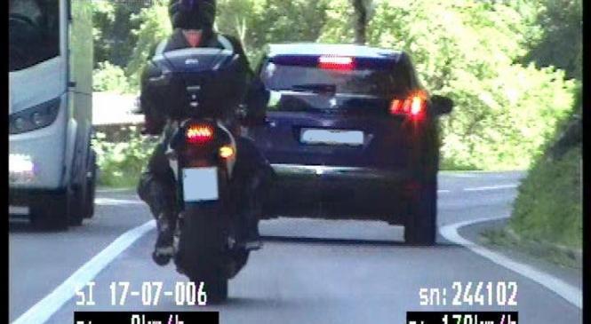 Motorist s prehitro vožnjo ogrožal sebe in druge udeležence v prometu