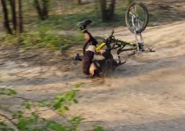 Kolesar padel in utrpel poškodbe hrbtenice