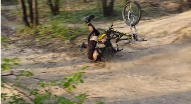 V prometni nesreči hudo poškodovan kolesar