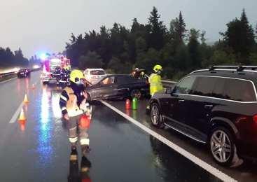 V prometni nesreči udeleženi kombinirani vozili in osebni avtomobil