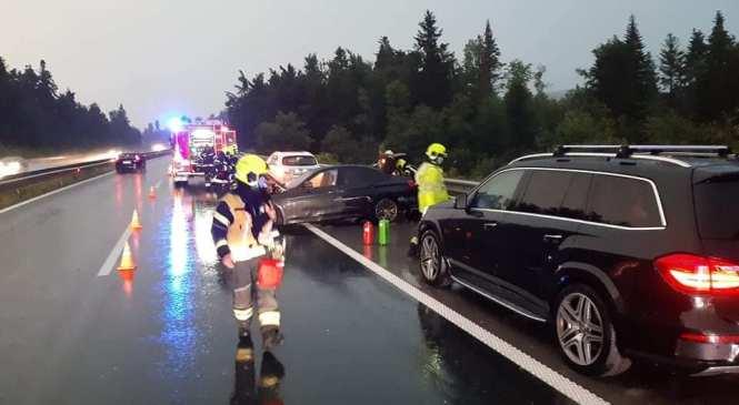 Na avtocesti Logatec–Unec trčila tri osebna vozila