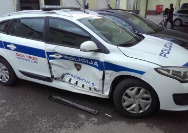 Osebi na motorju trčili v policijsko vozilo