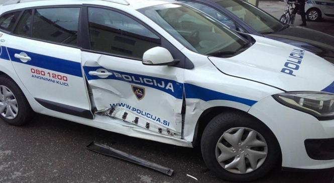 16-letnik ukradel avto in med divjanjem poskušal s ceste zriniti policiste