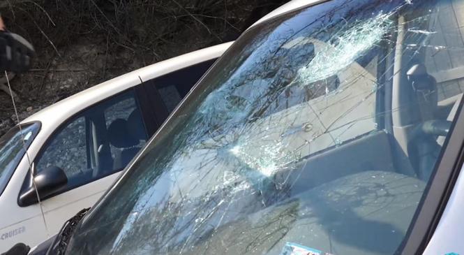 Voznica trčila v peško, ki je z glavo razbila vetrobransko steklo