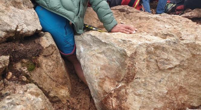 Noga planinke ostala ujeta med skalo in steno, reševanje trajalo kar 5 ur