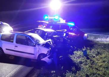 18- letni voznik zapeljal na nasprotno stran ceste in čelno trčil v vozilo