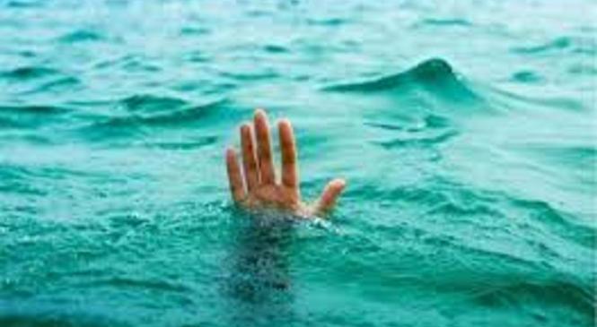 Policisti in občan rešili eno osebo, druga se je utopila