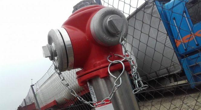 Trčila v hidrant ter leseno ograjo in nato trčila še v  vrata gasilskega doma